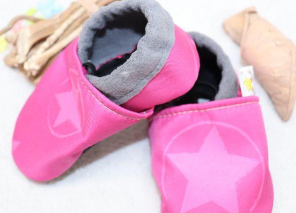 Vegane Krabbelschuhe Neon-Sterne pink
