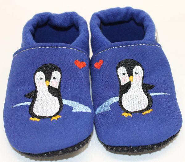 Vegane Krabbelschuhe gestickter Pinguin auf royalblau