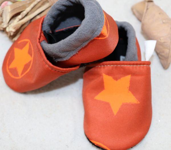 Vegane Krabbelschuhe Neon-Sterne orange